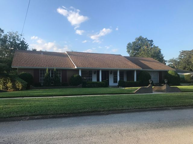 This home is the popular neighborhood of Grove Park!  With a nice floor plan.  There will be an estate sale from 10/4-10/6, so feel free to stop in and look at this nice home!