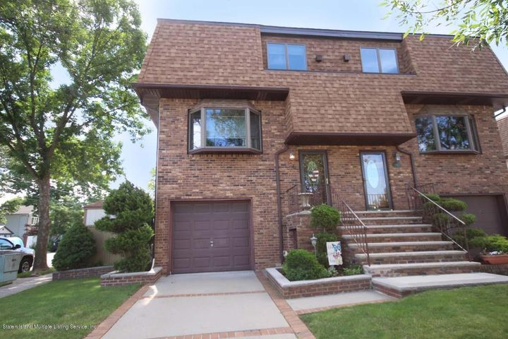 19 ft wide home with 3 Bedrms/3 Baths/Garage/new roof/new andersen windows..all updated..corner lot...do we hear wow!