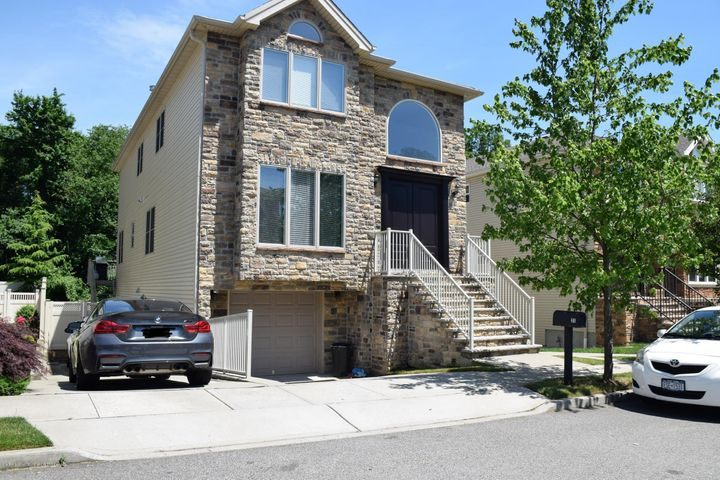 31 Brookside Loop, Staten Island, NY 10309