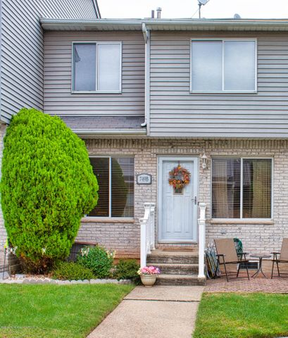 Beautiful 2 bedroom 1 and 1/2 bath townhouse