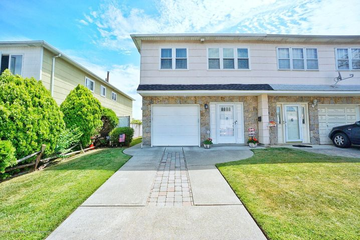 This is a well maintained semi-attached home in a quiet and convenient location