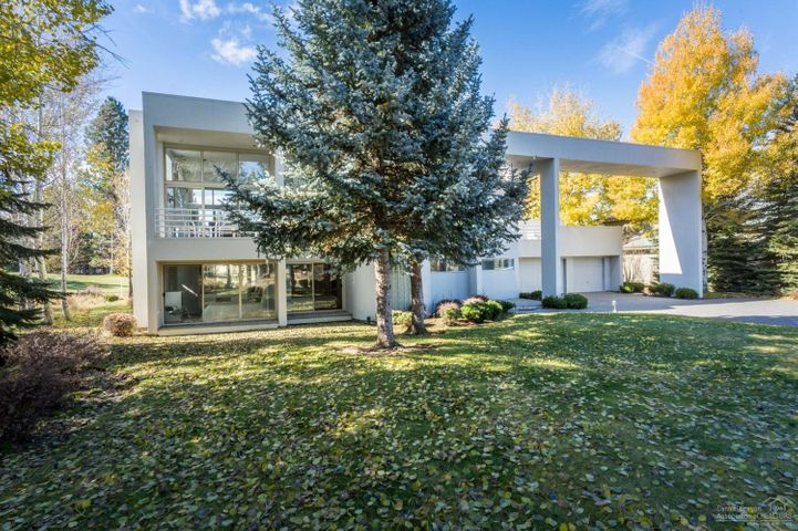 Contemporary meets Sunriver at this great north end resort home! Bring family and friends year 'round to enjoy amenities, outdoor lifestyle and the events & activities in surrounding communities just minutes away!