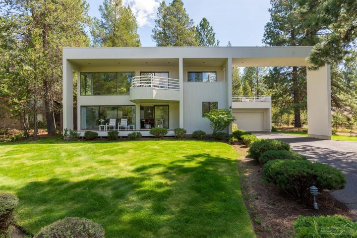 4 Irish Mountain Lane is located in the heart of Sunriver Resort, Virtually across the street from Ft Rock Park, just a few minutes from the SHARC and the Village, plus miles of paved paths are right out your back door!