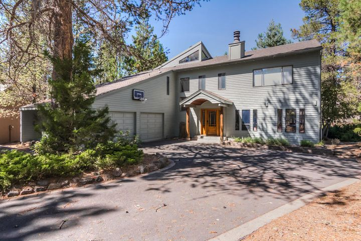 Welcome to 3 Sparks Lane located off Lake Road in a very quiet part of Sunriver. The exterior was painted in 2020!