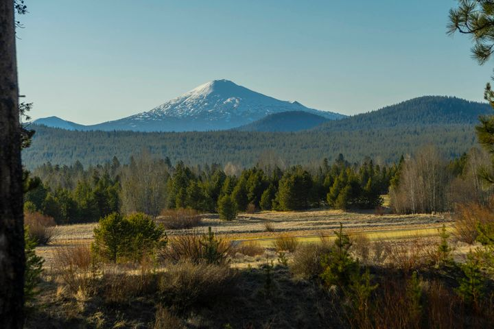 Located on a large lot (.78 acre +/-) in Caldera Springs, 320 Trailmere Circle has Mt. Bachelor views from the main and lower levels. There may be room, and with design review criteria, to place an RV garage.