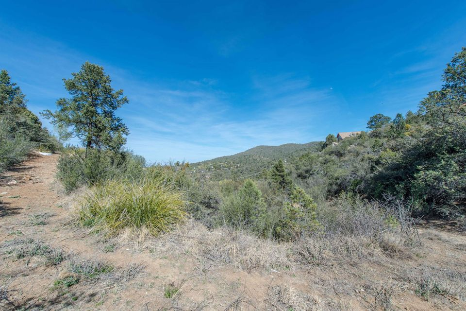 Great lot ready for your build! Gorgeous panoramic views including San Francisco Peaks, Prescott Mountain, Glassford Hill and valley views! Just minutes from downtown/ access to Hwy 89 or 69. Utilities available. Come check out the views before they are gone!