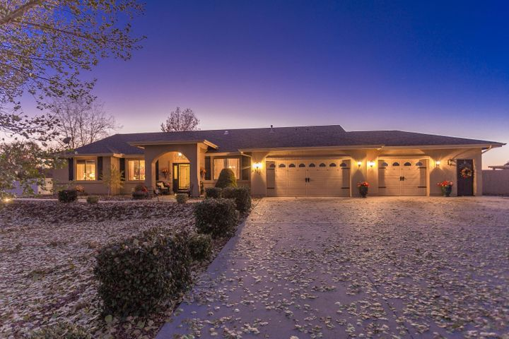 The long front drive leads up to 380 Lauren Lane. A beautiful one level home in the heart of Chino Valley.