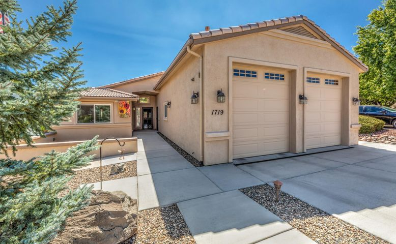Single level home in desirable Cliff Rose!