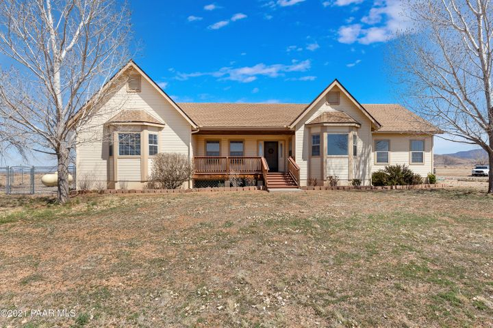 The perfect country home only minutes to shopping and restaurants!