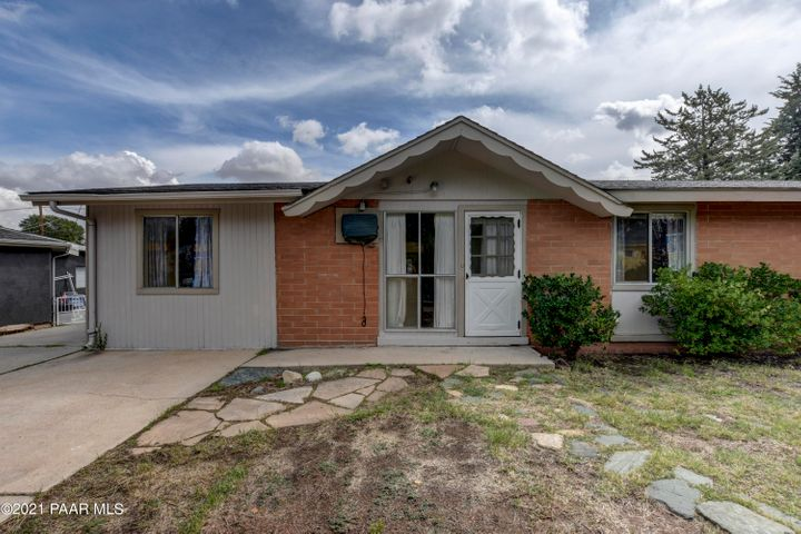 4 Bedroom Home in an established Neighborhood near Schools, Shopping, and Downtown!