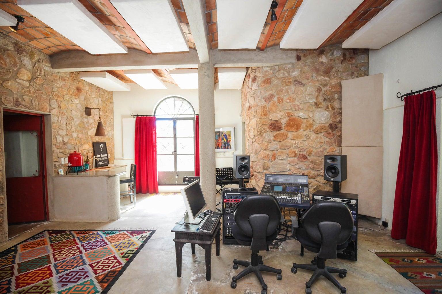 Sound studio / 2 bedroom unit