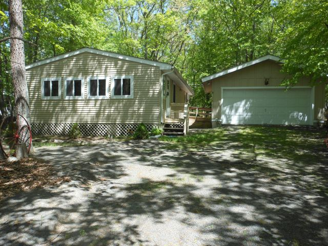 123 Pommel Dr, Lords Valley, PA 18428