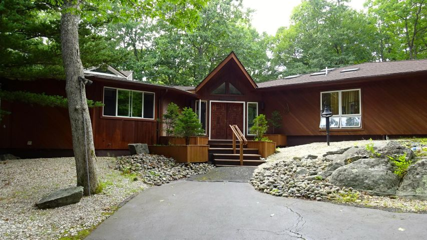 116 broadmoor Dr, Lords Valley, PA 18428