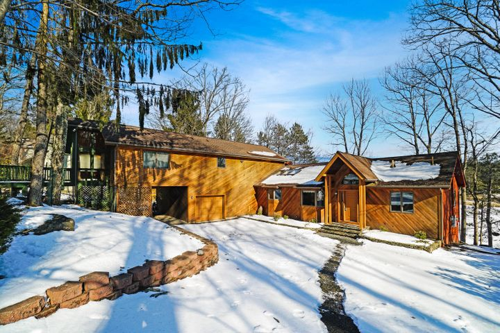 143 Waterview Dr, Lords Valley, PA 18428