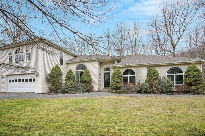 102 Concours Ln, Lords Valley, PA 18428