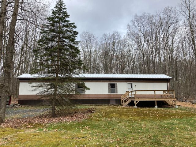 20 Deer Park Ln, Hawley, PA 18428