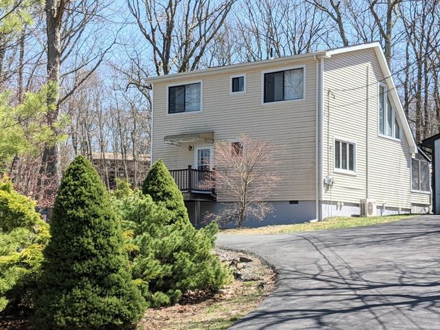 100 Rimrock Ln, Lords Valley, PA 18428