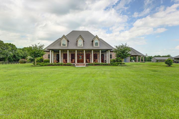 If you've ever dreamed of genteel country living, you'll find your dream come true right here