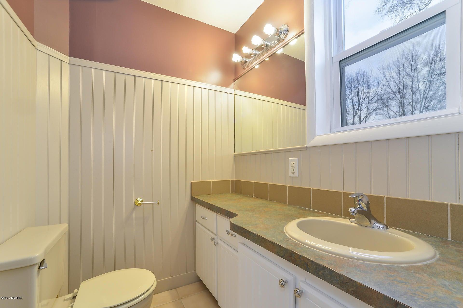 019-Main Bathroom-3668430-medium