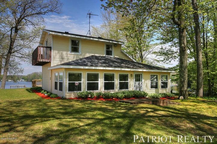 555 W Willard Street, White Cloud, MI 49349