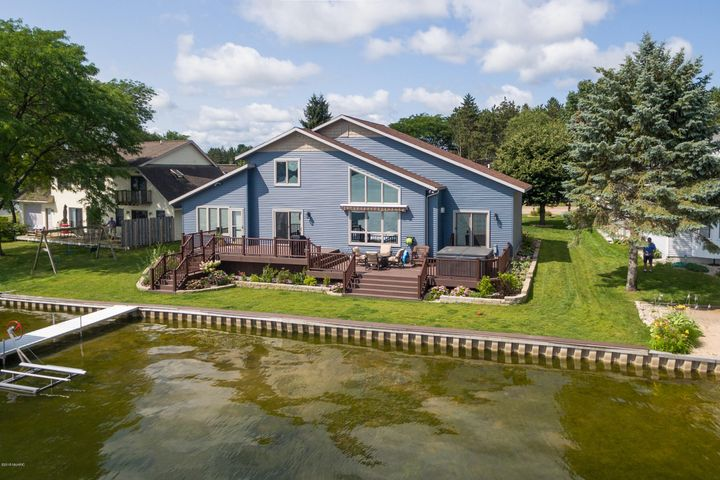 8852 W Suwanee Trail, Howard City, MI 49329