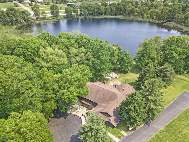 Welcome to Willow Lake Sportsman's Club. An exceptional residential or multi-dimensional business opportunity!
