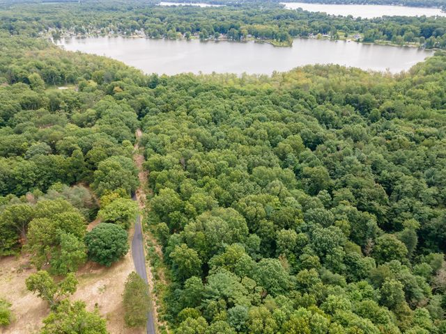 Private road to lake house and lake lots.