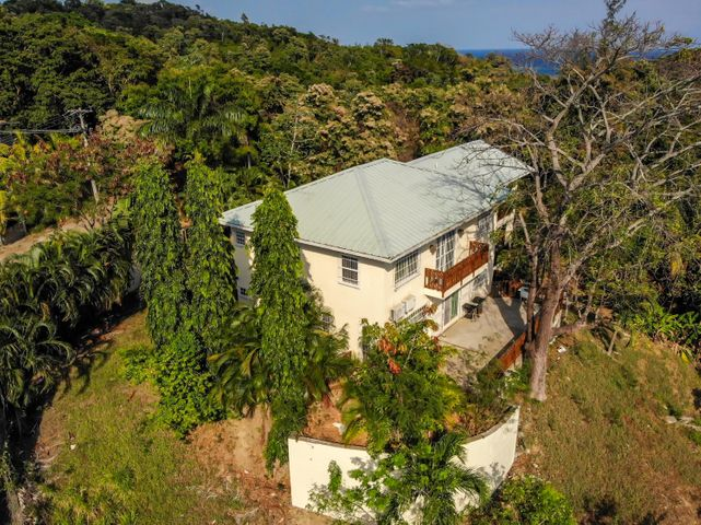 Sitting on 3/4 acre lot, Hillside Mahogany Bay Home, Roatan,