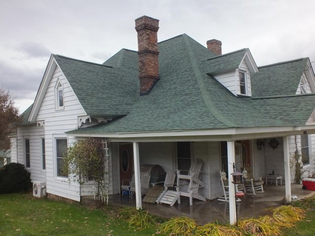 Check out the roof angles, it has new shingles (2014)...