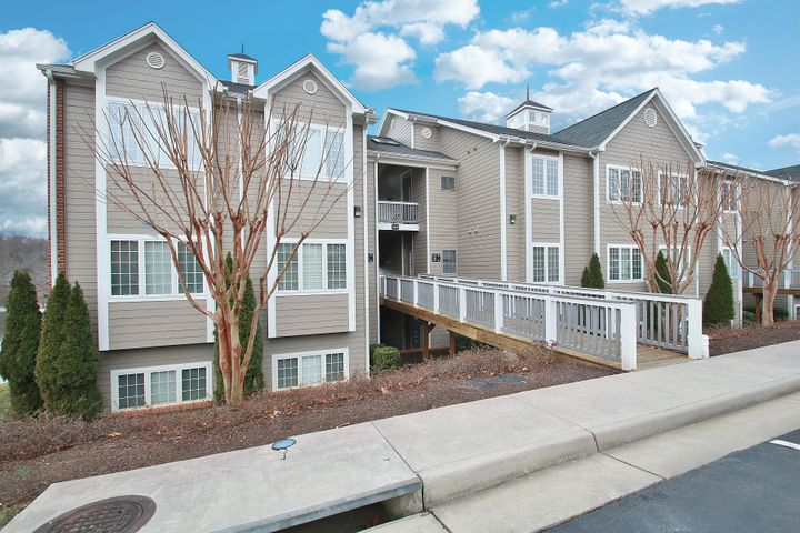 300 S Pointe Shore DR, 410, Moneta, VA 24121