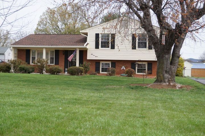 5915 Plantation RD, Roanoke, VA 24018