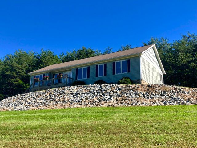 225 Buck Run DR, Moneta, VA 24121