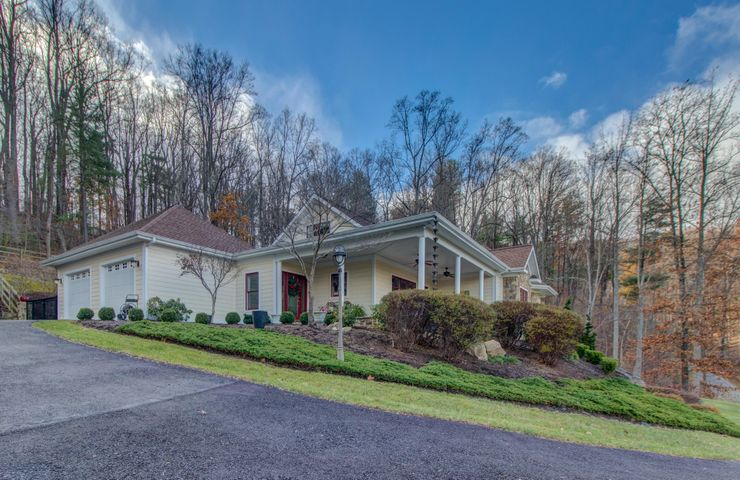 8460 Poplar Springs LN, Roanoke, VA 24018