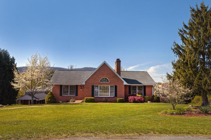 4666 Red Barn LN, Roanoke, VA 24012
