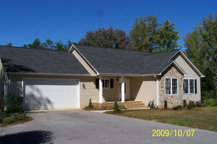 1853 Lakewood Forest RD, Moneta, VA 24121