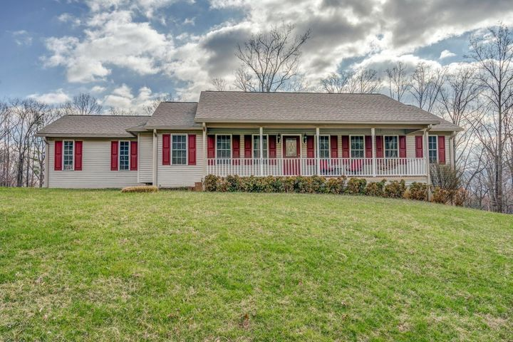 880 Lakeridge CIR, Troutville, VA 24175