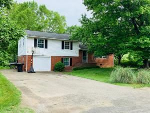 5701 Pine Acres LN, Roanoke, VA 24018