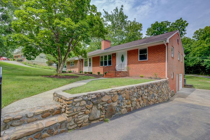 1808 Tucker LN, Salem, VA 24153