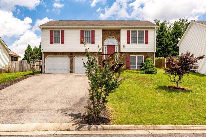 1744 Meadows RD, Vinton, VA 24179