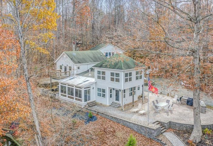 327 Mariners Cove DR, Moneta, VA 24121