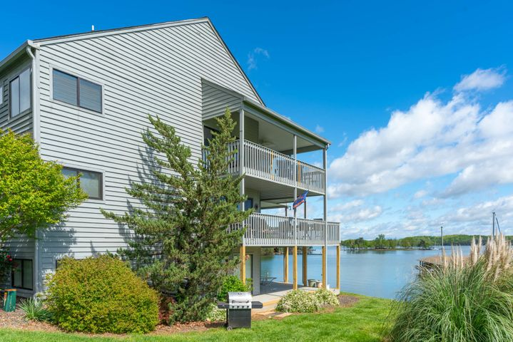 97 Peninsula Point DR, D-2, Moneta, VA 24121