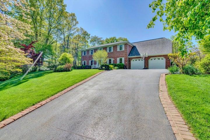 3246 Links Manor DR, Salem, VA 24153