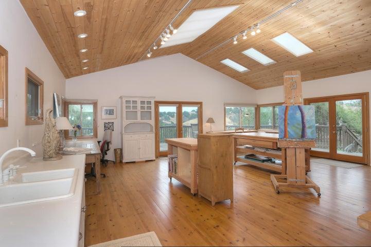 Studio/high ceilings