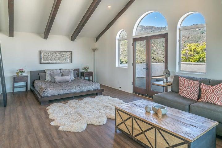 Main Residence - Master Bedroom w: Mtn V
