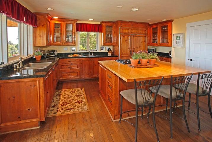 Remodeled Kitchen w/Island & Pantry