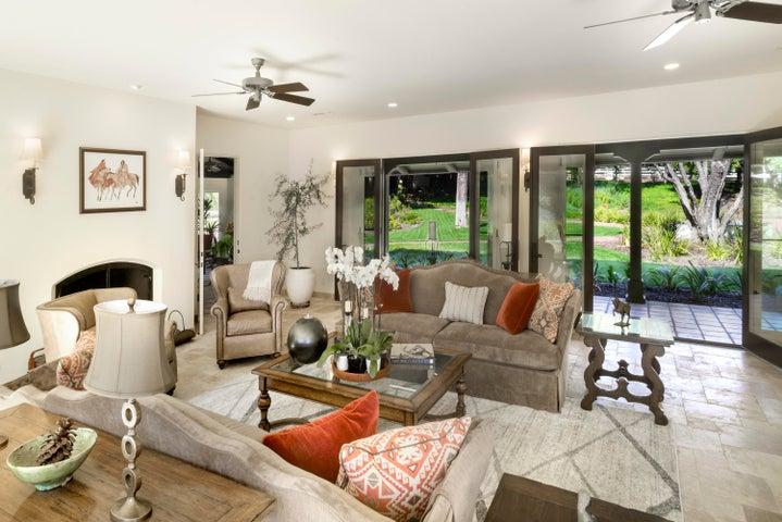 Livingroom towards entrance