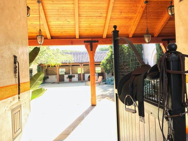 HB Barn Outside (12)