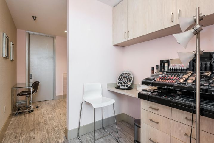013_13-Manicure Room