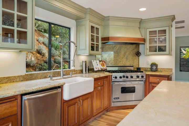 Gorgeous kitchen w newer appliances