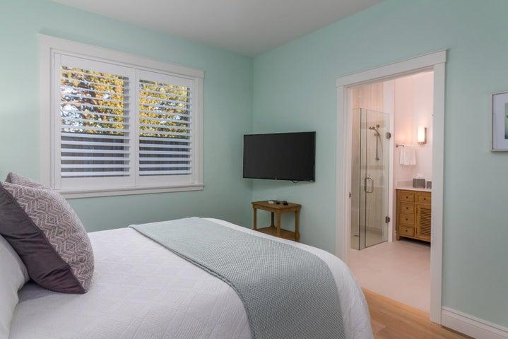 queen bed and tv in the bedroom